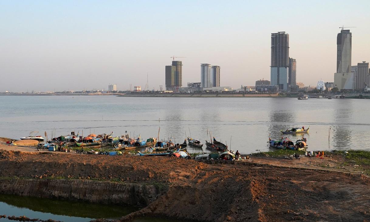 Thuyền đánh cá trên sông Mekong ở Phnom Penh, Campuchia, ngày 19/2. Ảnh: Reuters.