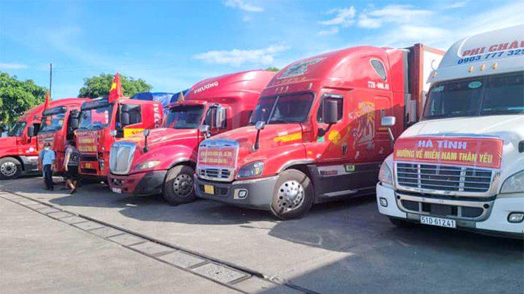 Xe container tập trung ở huyện Thạch Hà để chở hàng vào miền Nam, chiều 20/7. Ảnh: Hữu Đồng.