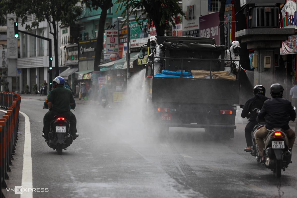 Xe đặc chủng phun khử trùng tại quận Gò Vấp vào đầu tháng 6. Ảnh: Quỳnh Trần.