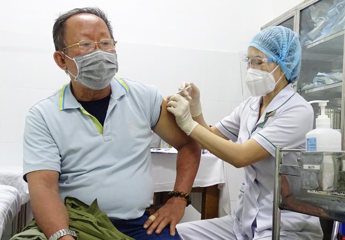 Ông Hồng Minh Hải được nhân viên y tế tiêm vaccine vào sáng nay. Ảnh: Hà An.