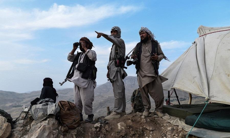 Dân quân Afghanistan canh gác tại một tiền đồn chống quân nổi dậy Taliban tại huyện Charkint, tỉnh Balkh hôm 15/7. Ảnh: AFP.