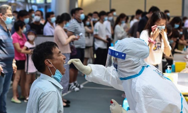 Người dân lấy mẫu xét nghiệm Covid-19 tại Nam Kinh, tỉnh Giang Tô, Trung Quốc, hôm 21/7. Ảnh: AFP.