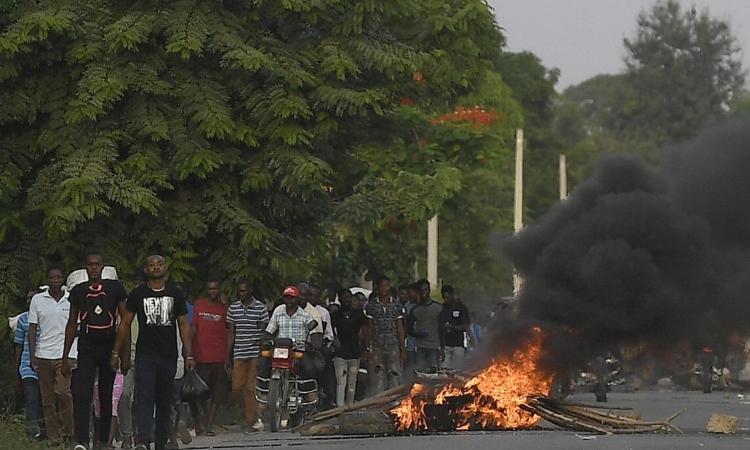Một chiếc xe mô tô bị thiêu rụi sau cuộc biểu tình bạo lực tại Quartier-Morin, miền bắc Haiti, hôm 21/7. Ảnh: AP.