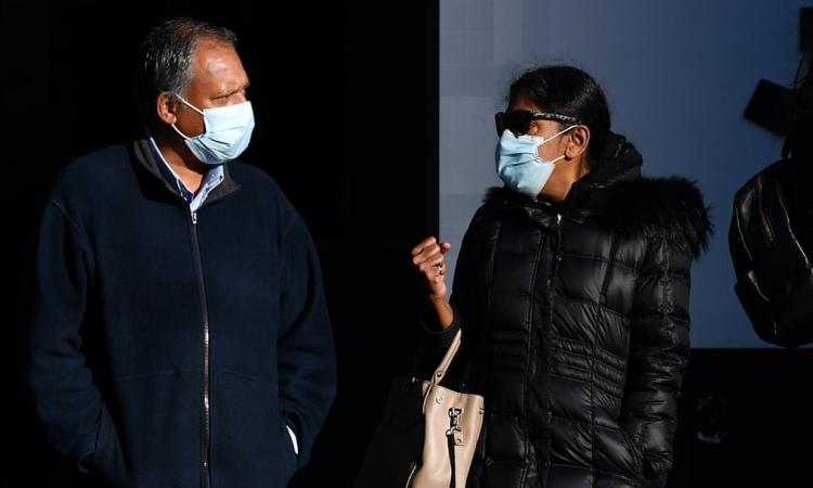 Hai vợ chồng Kumuthini Kannan (phải) và Kandasamy Kannan bên ngoài tòa án tối cao Melbourne cuối tháng 8. Ảnh: AAP.