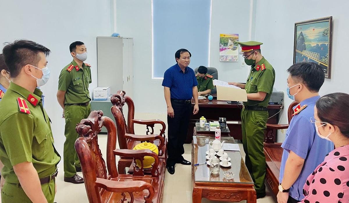 Lê Thanh Hải (áo xanh) bị bắt sáng 22/7. Ảnh: Lam Sơn.