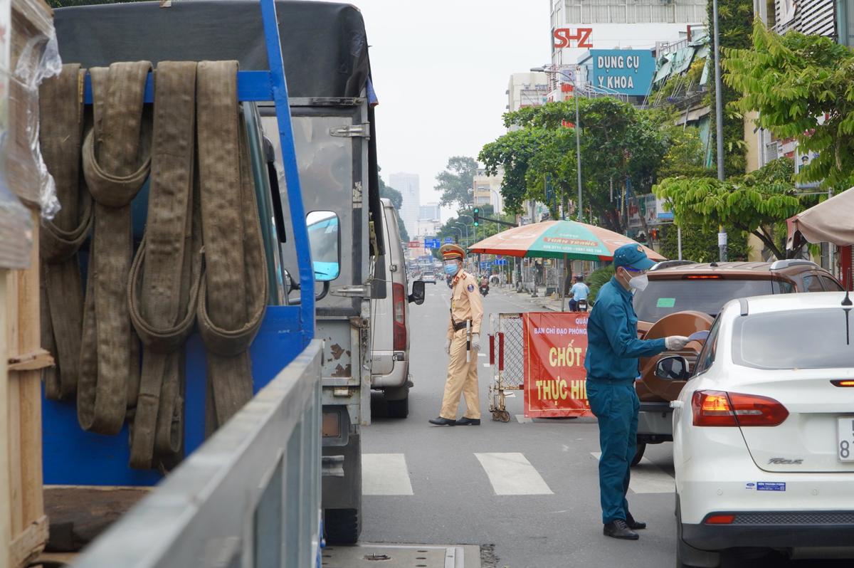 Lực lượng chức năng kiểm tra giấy tờ tài xế tại chốt kiểm soát đường Phan Đăng Lưu quận Bình Thạnh, ngày 15/7. Ảnh: Gia Minh.