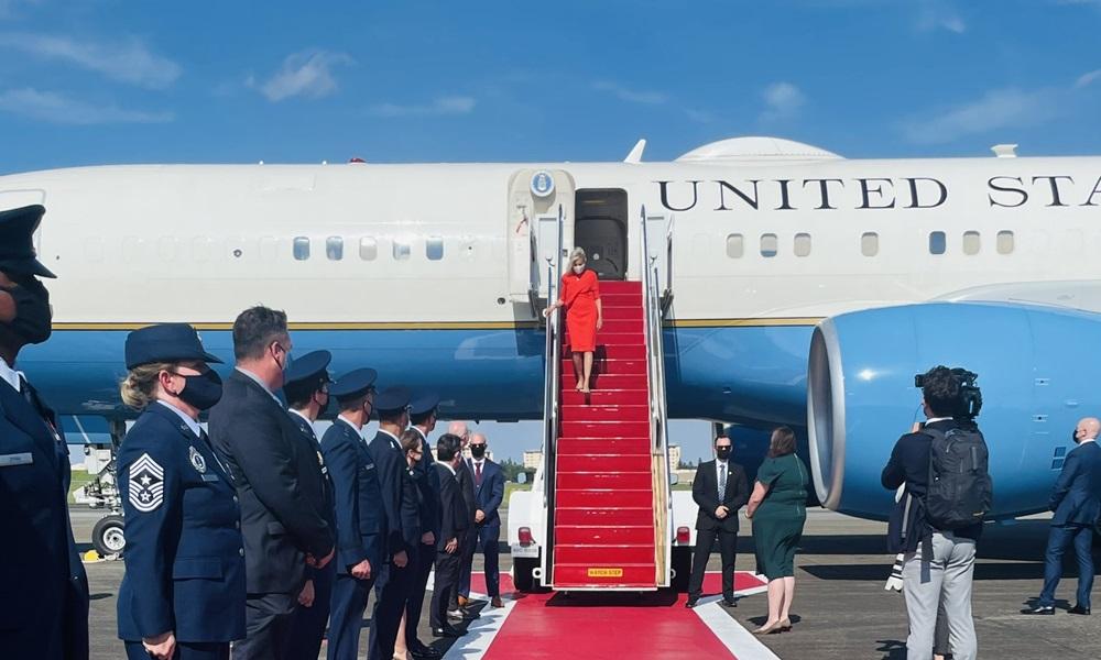Đệ nhất phu nhân Mỹ Jill Biden bước xuống từ chuyên cơ tại sân bay ở Tokyo, Nhật Bản hôm nay. Ảnh: White House.