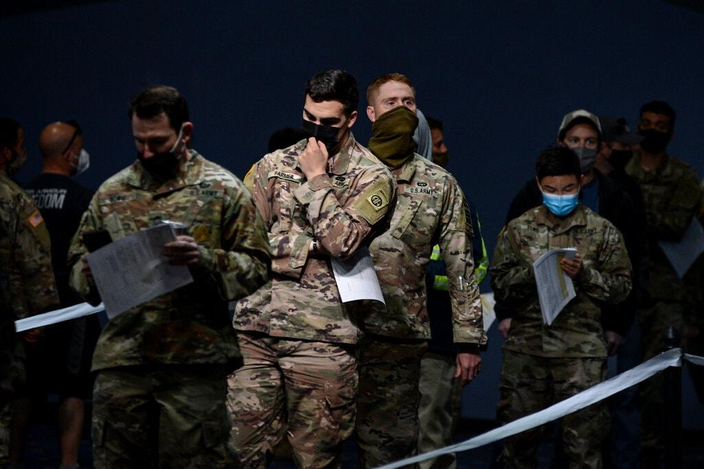 Quân nhân đăng ký tiêm chủng Covid-19 tại căn cứ Fort Bragg. Ảnh: New York Times.