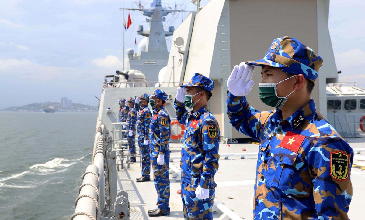 Thủy thủ đoàn tàu 016 thực hiện nghi lễ chào cảng hôm 22/7. Ảnh: Báo Hải quân.