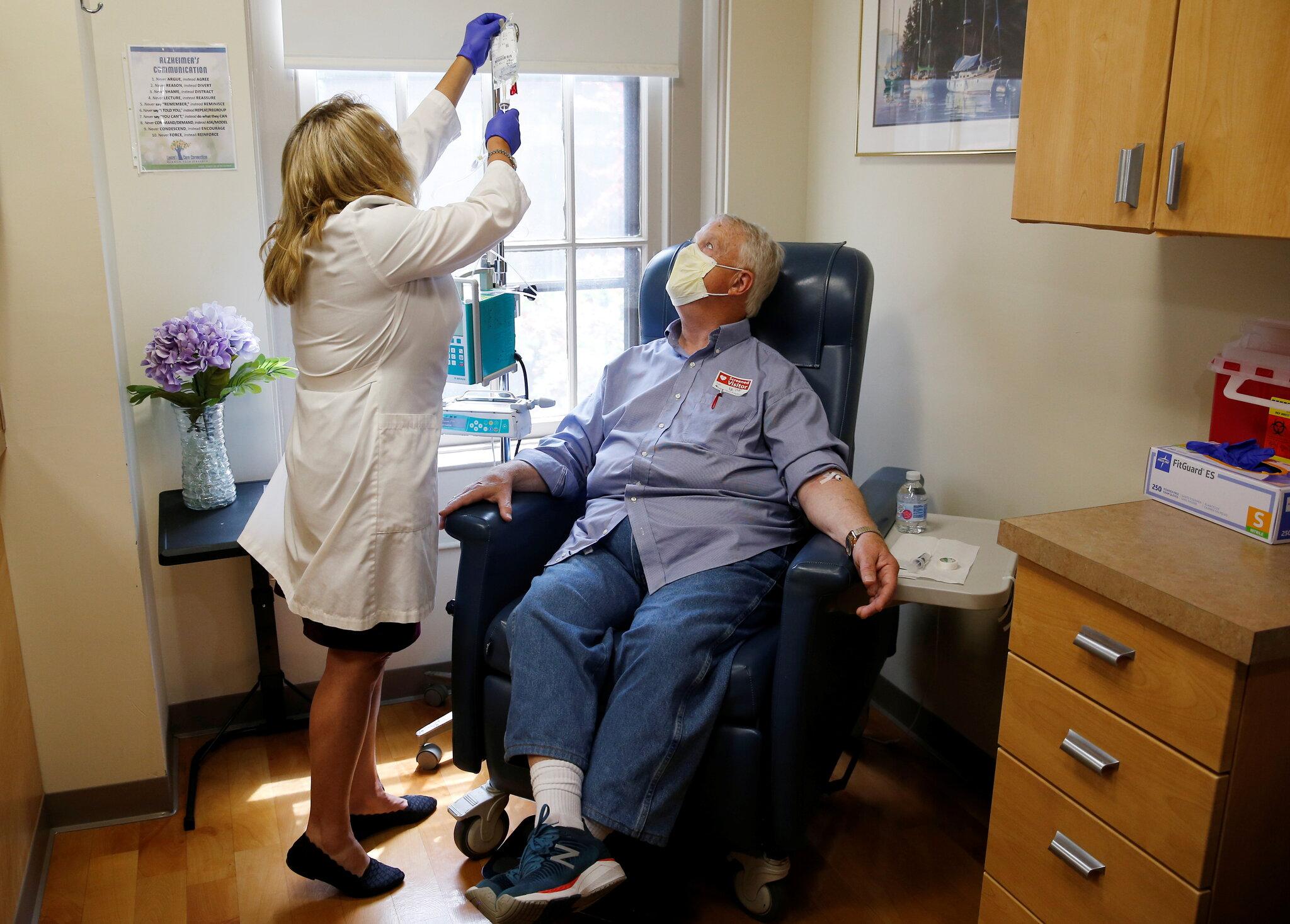 Bệnh nhân Alzheimer điều trị bằng thuốc Aduhelm, được FDA cấp phép nhanh vào tháng 6 dù chỉ một trong hai lần thử nghiệm lâm sàng cho kết quả tích cực. Ảnh: New York Times.
