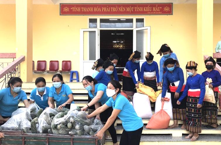 Phụ nữ huyện Như Xuân quyên góp bí xanh, gạo nếp ủng hộ đồng bào TP HCM. Ảnh: Lam Sơn.