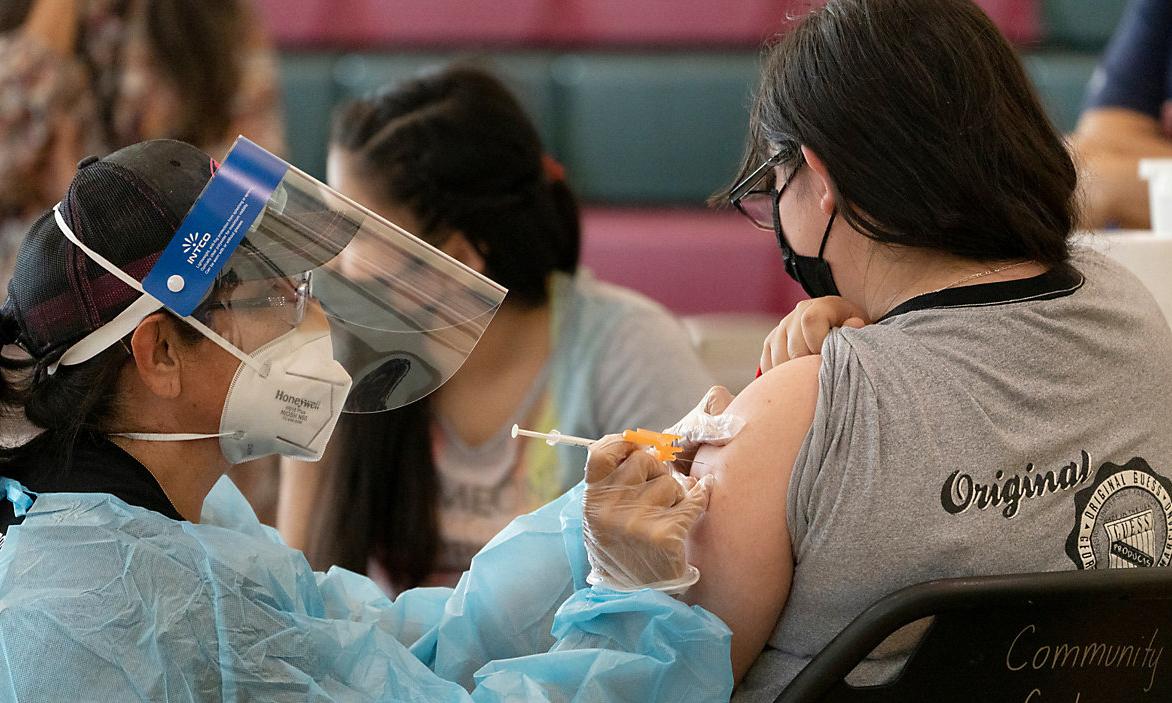 Một điểm tiêm chủng ở trường  Esteban E. Torres tại thành phố Los Angeles, bang California đầu tháng này. Ảnh: AP.