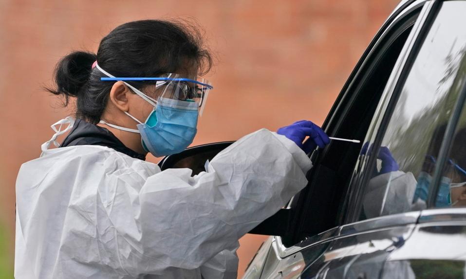 Một điểm xét nghiệm trên xe tại Lawrence, bang New York, Mỹ. Ảnh: AP.