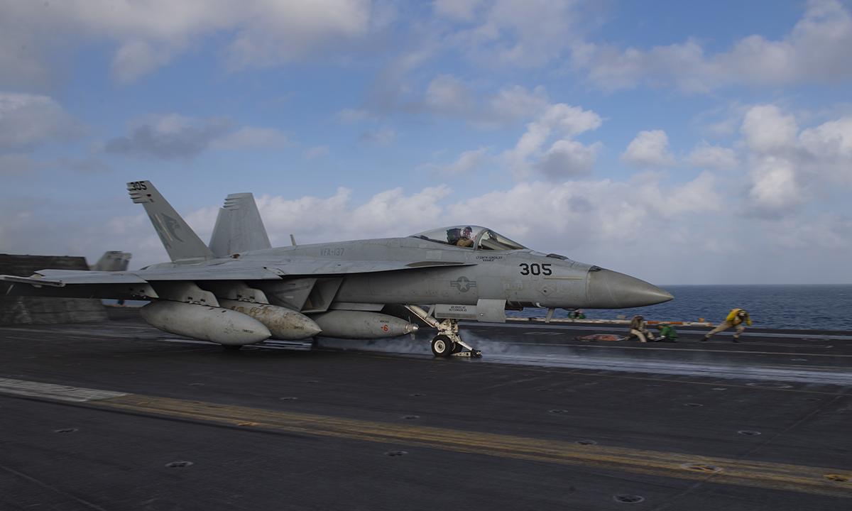 Tiêm kích F/A-18 chuẩn bị cất cảnh từ tàu sân bay USS Nimitz tháng 12/2020. Ảnh: US Navy.