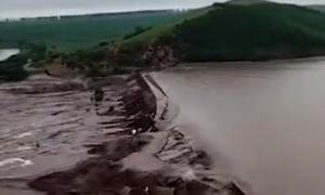 Khoảnh khắc đập Nội Mông bị nước lũ cuốn trôi