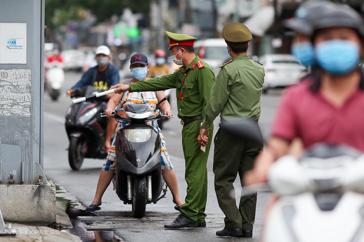 Công an đứng chốt đã yêu cầu dừng xe ngẫu nhiên để kiểm tra việc người dân ra đường. Ảnh: Nguyễn Đông.