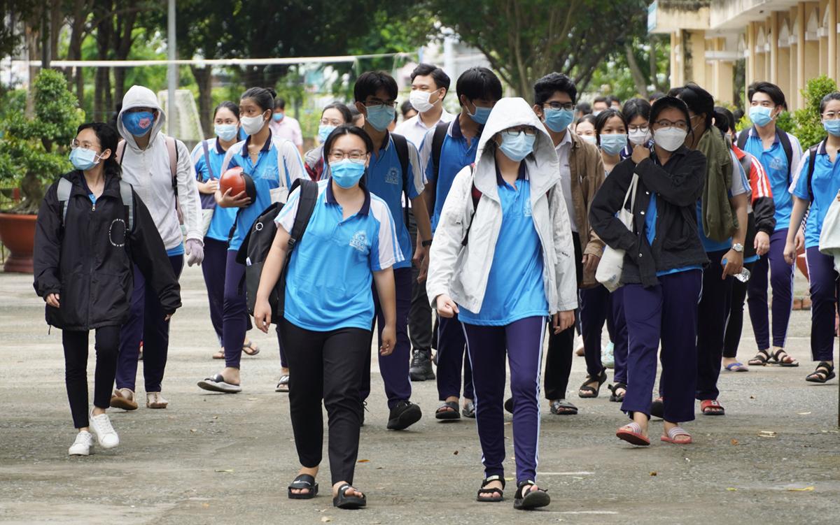 Học sinh tại TP Tân An thi tốt nghiệp THPT hồi đầu tháng 7. Ảnh: Hoàng Nam