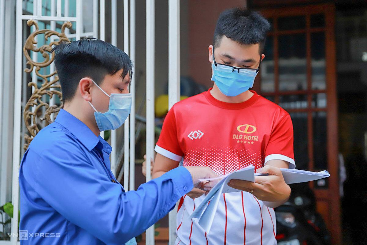 Cán bộ Đoàn phường Thọ Quang (quận Sơn Trà, Đà Nẵng) từng thực hiện mô hình trả hồ sơ thủ tục hành chính tận nhà cho người dân, trong đợt dịch đầu tiên hồi tháng 3/2020. Ảnh: Nguyễn Đông.