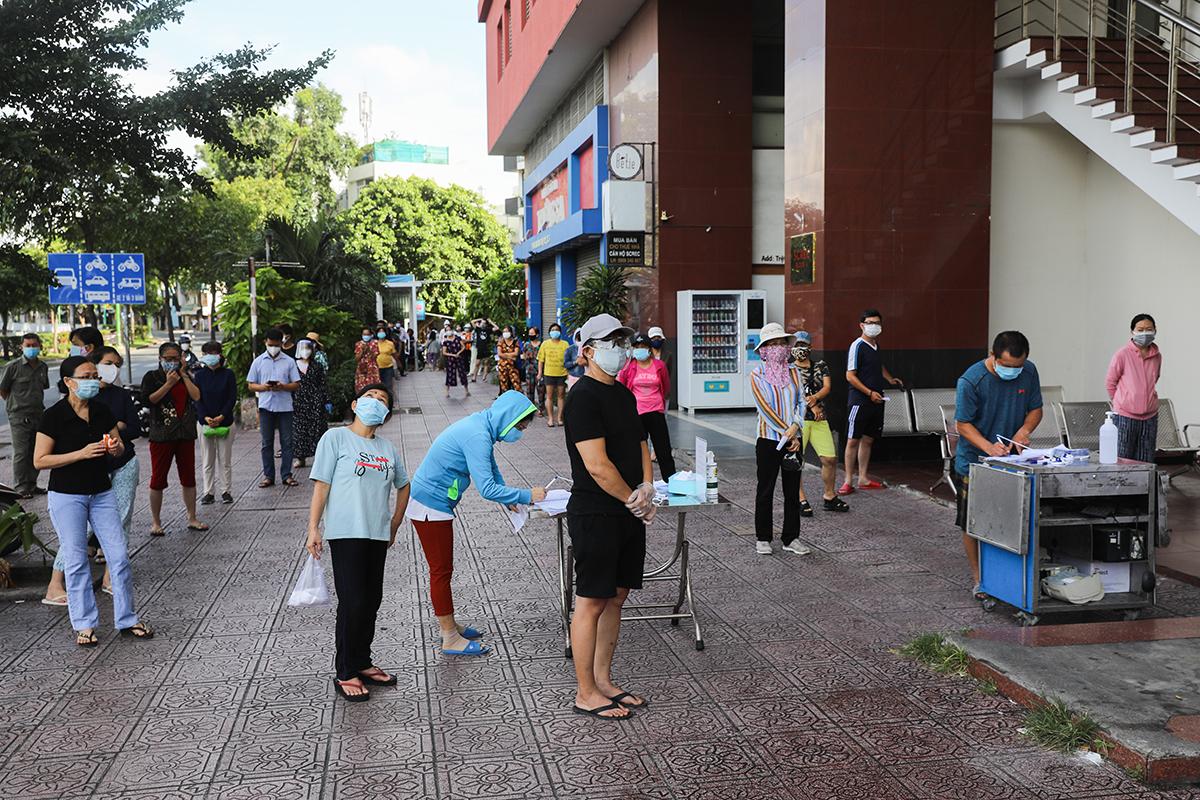 Người dân TP HCM xếp hàng đi siêu thi theo ngày chẵn lẻ, ngày 11/7. Ảnh: Quỳnh Trần.