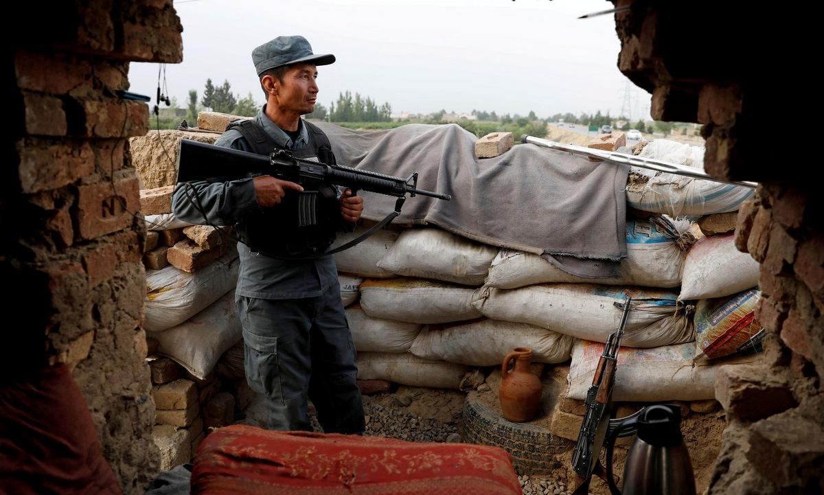 Sĩ quan cảnh sát Afghanistan tại một chốt gác ở Kabul hôm 13/7. Ảnh: Reuters.