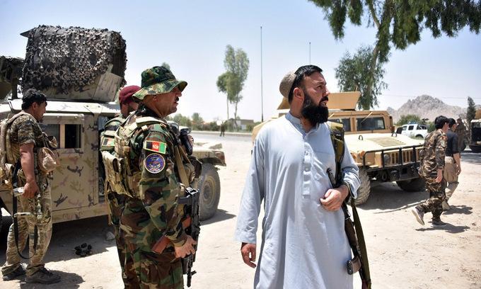 Lực lượng an ninh Afghanistan gần địa điểm đụng độ với Taliban ở Kandahar hôm 9/7. Ảnh: AFP.