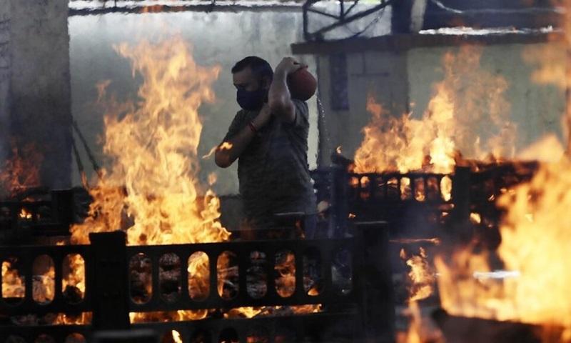 Khu vực hỏa táng nạn nhân Covid-19 tại Mumbai, Ấn Độ hồi tháng 4. Ảnh: AP.