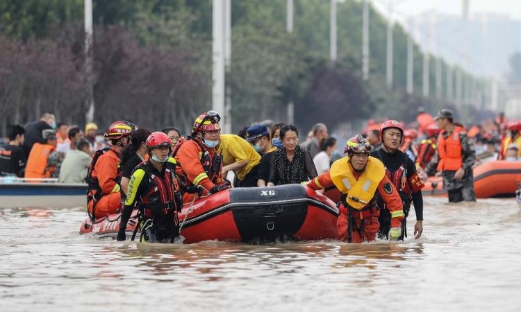 Lực lượng cứu hộ sơ tán người dân khỏi bệnh viện ngập lụt ở thành phố Trịnh Châu, tỉnh Hà Nam, Trung Quốc, hôm 22/7. Ảnh: AFP.
