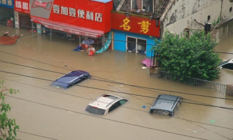 Loạt xe ô tô bị nước lũ nhấn chìm ở Trịnh Châu, tỉnh Hà Nam, hôm 21/7. Ảnh: Reuters.
