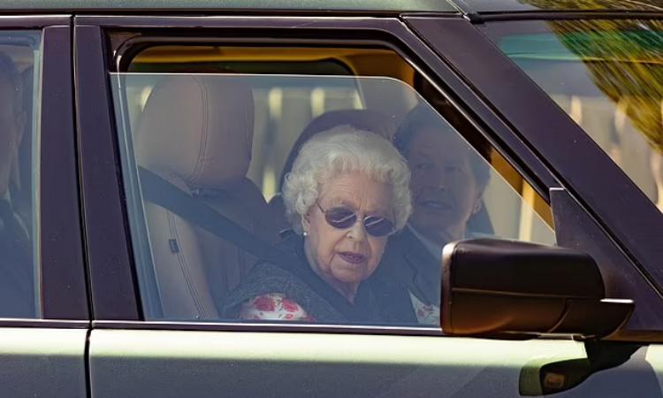 Nữ hoàng Anh Elizabeth tự lái xe tới thăm trang trại ở Sandringham tuần qua. Ảnh: Splash News.