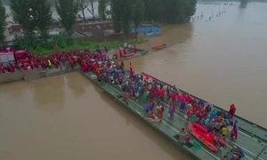 Trung Quốc dùng cầu phao sơ tán dân vùng lũ