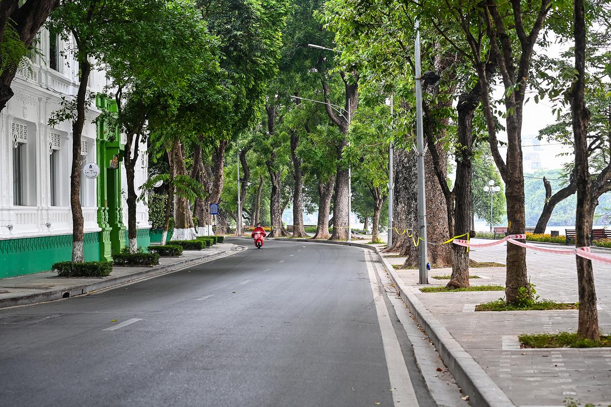 Phố Lê Thái Tổ (quận Hoàn Kiếm) trong ngày đầu áp dụng Công điện 15, hôm 19/7. Ảnh: Giang Huy.