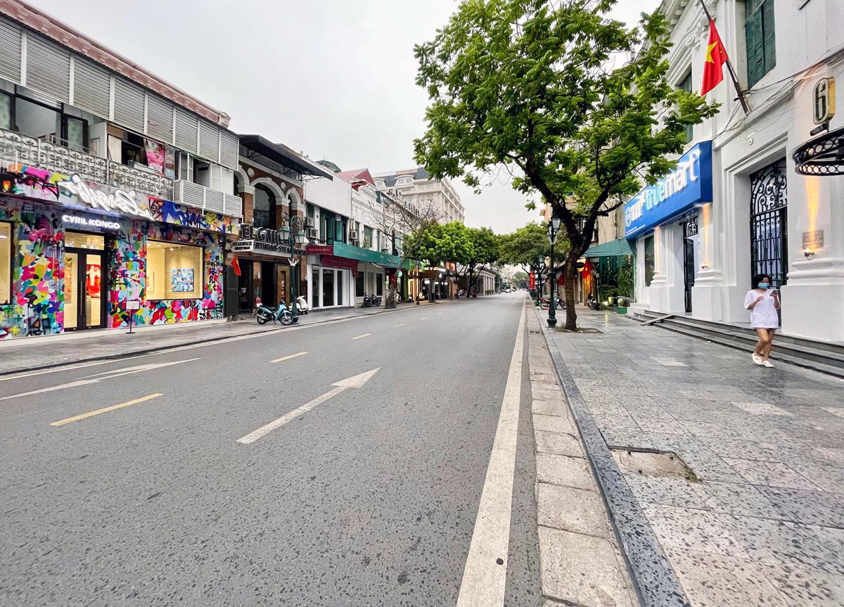 Phố Tràng Tiền (quận Hoàn Kiếm) vắng người đi lại khi thành phố thực hiện công điện số 15 ngày 18/7. Ảnh: Giang Huy.