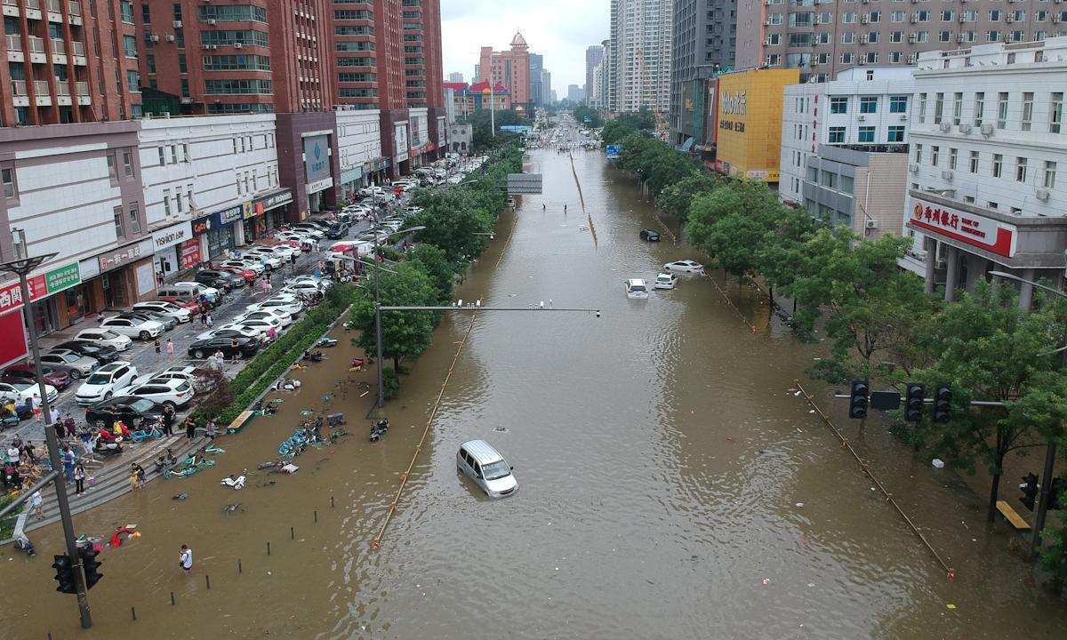 Tuyến phố ngập trong nước lũ ở Trịnh Châu, tỉnh Hà Nam hôm 21/7. Ảnh: Reuters.