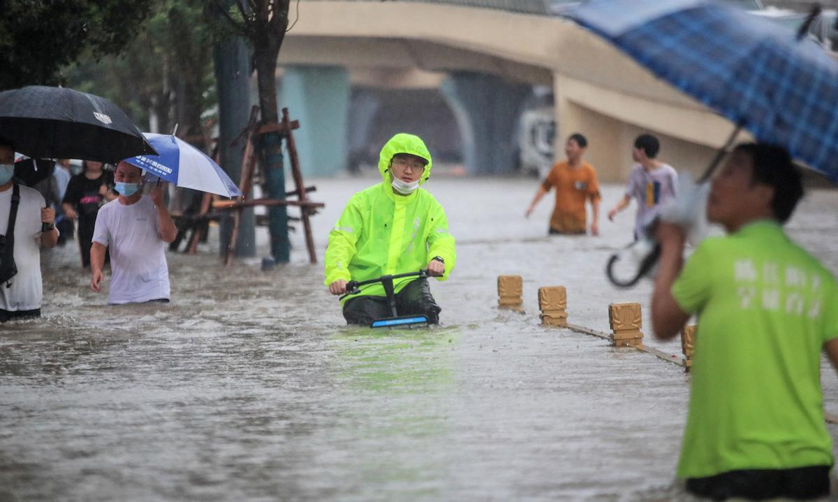 Người đàn ông đạp xe trên con phố ngập nước ở Trịnh Châu, tỉnh Hà Nam hôm 20/7. Ảnh: AFP.