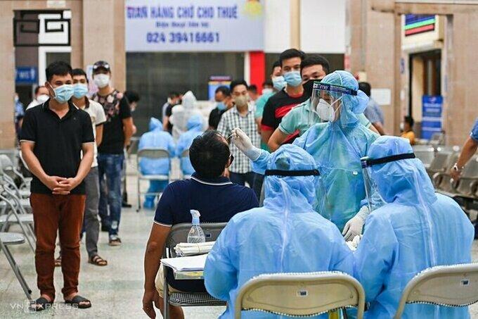 Trung tâm Y tế quận Đống Đa lấy mẫu xét nghiệm cho nhân viên ga Hà Nội, tối 17/7. Ảnh:Giang Huy.