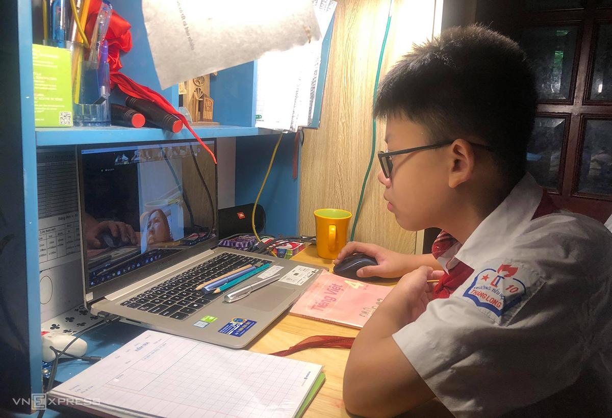 Học sinh lớp 4 trường Tiểu học Thăng Long, quận Hoàn Kiếm, chuẩn bị bước vào buổi kiểm tra Tiếng Việt trong sáng 23/7. Ảnh: Phụ huynh cung cấp.