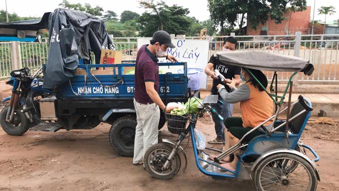Thấy xe ba gác chở siêu thị 0 đồng của anh Hưng tới, những người khuyết tật vận động, phải ngồi xe lăn, ra xếp hàng, và lần lượt tới lấy thực phẩm mình cần. Ảnh: NVCC.