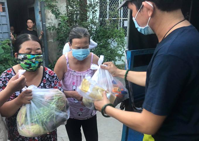 Anh Hưng mang siêu thị 0 đồng vào từng ngõ ngách, hẻm sâu của Sài Gòn để giúp đỡ những người khiếm thị. Ảnh: NVCC.