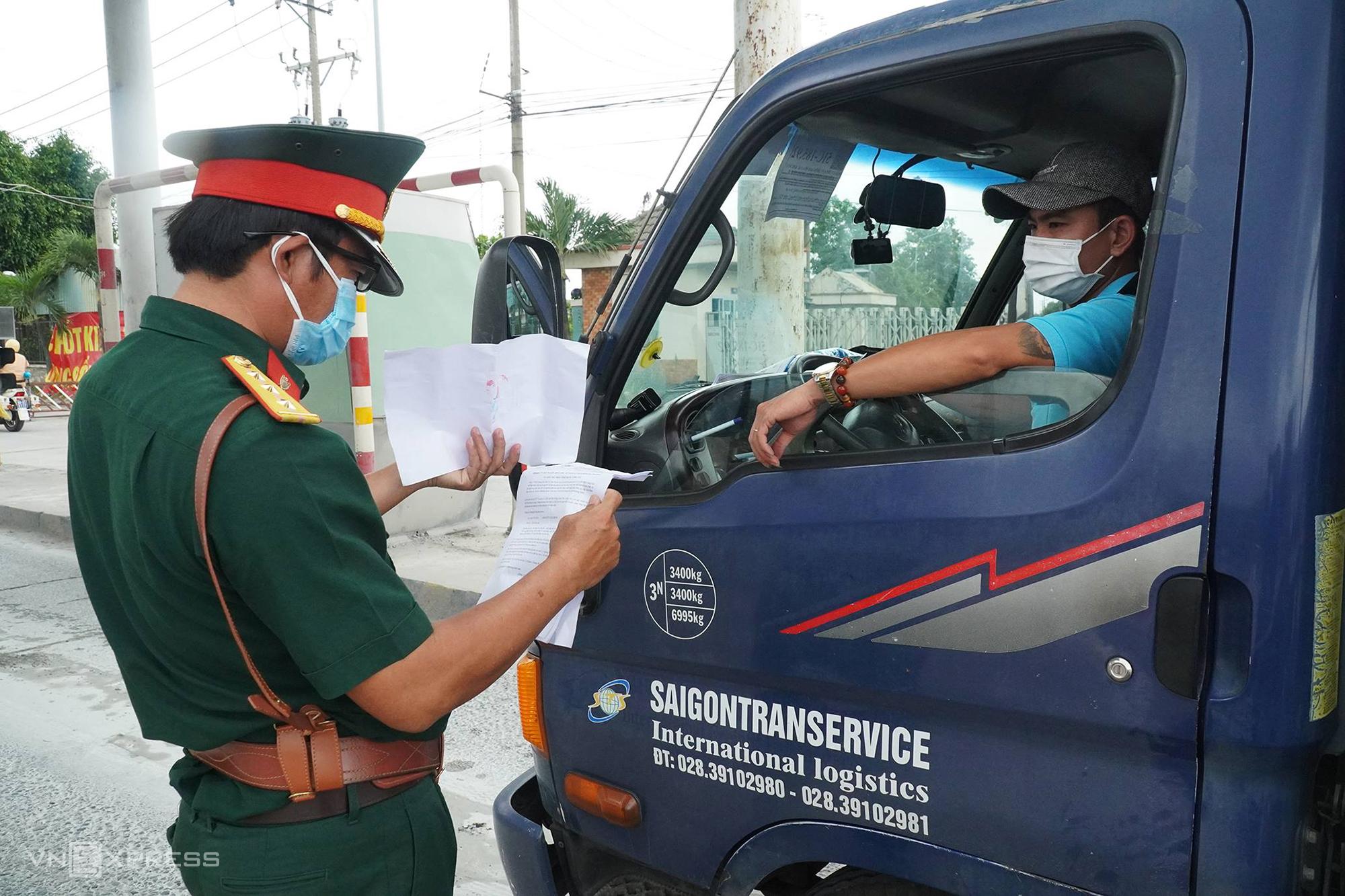 Xe không có thẻ nhận diện luồng xanh được kiểm tra tại chốt kiểm dịch trên quốc lộ 1K trước khi vào tỉnh Đồng Nai trưa 23/7. Ảnh: Phước Tuấn