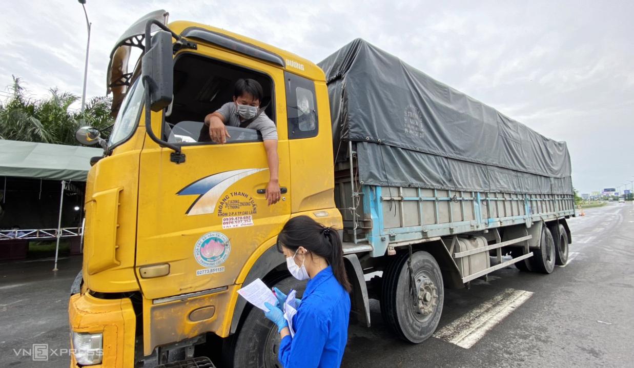 Xe tải dừng kiểm tra tại chốt kiểm soát trên đường dẫn cầu Cần Thơ trưa 23/7. Ảnh: Cửu Long