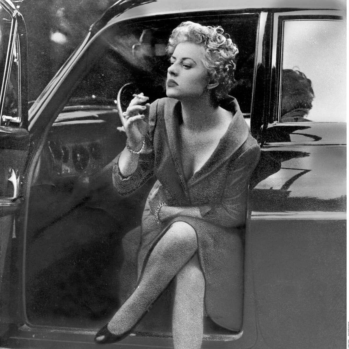 Rosemarie Nitribitt bên chiếc Nitribitt Mercedes. Ảnh: ullstein
