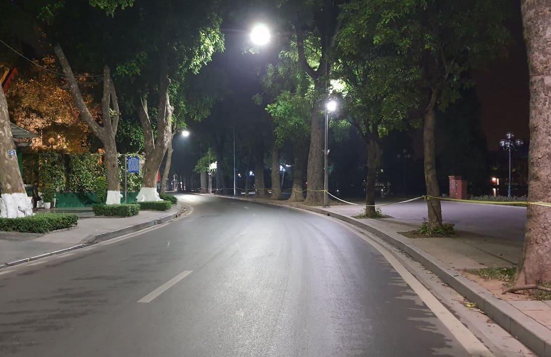 Khu vực Hồ Gươm về đêm vắng vẻ trong những ngày Hà Nội tăng dần cấp độ chống dịch. Ảnh: Võ Hải
