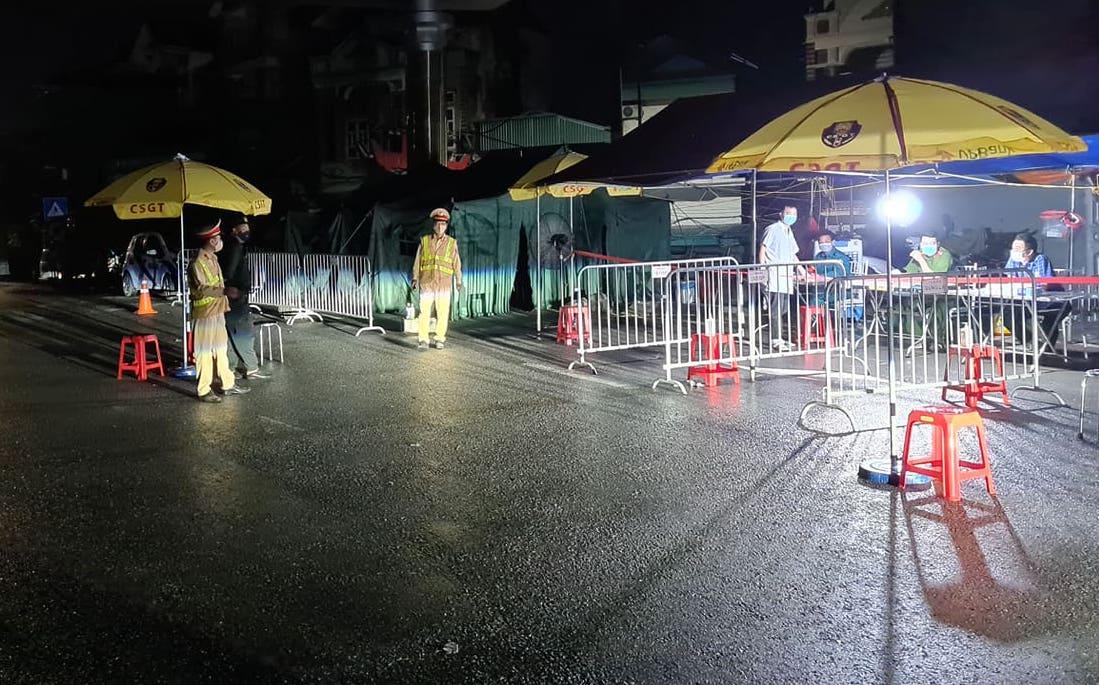 Chốt kiểm soát số 2, quốc lộ 21B Chợ Dầu - Kim Bảng lúc 0h30 ngày 24/7 ít phương tiện qua lại. Ảnh: Tất Định