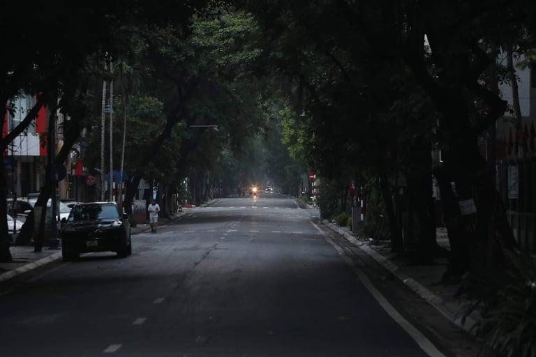 Phố Bà Triệu, quận Hoàn Kiếm, Hà Nội, lúc 5h30 sáng 24/7. Ảnh: Võ Hải