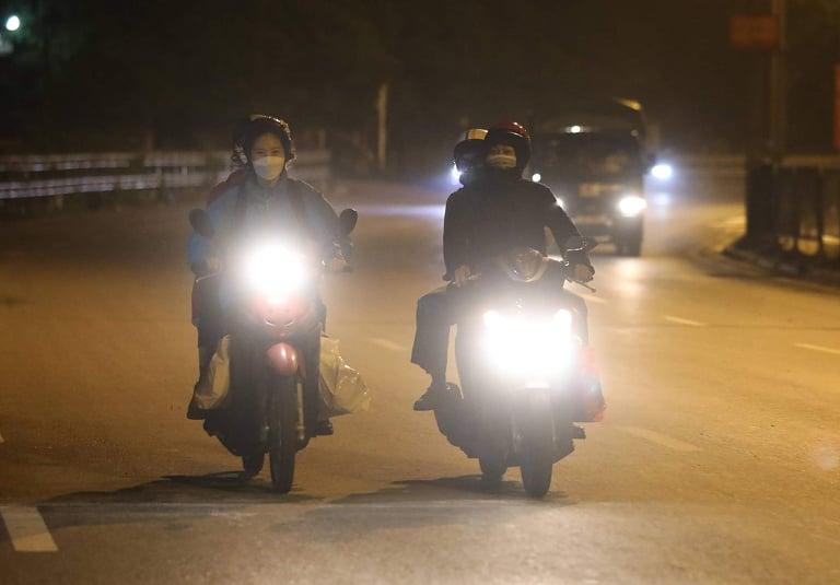 Người dân rời khỏi Hà Nội trước giờ giãn cách. Ảnh: Võ Hải