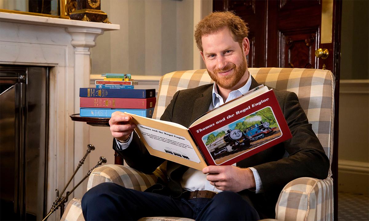 Harry cầm một cuốn sách trong buổi chụp ảnh hồi tháng 1/2020. Ảnh: AP.