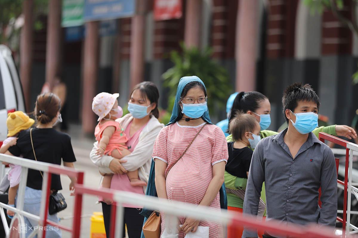 Người dân về từ TP HCM sáng 24/7 bằng tàu hỏa có nhiều trẻ em, phụ nữ có bầu. Ảnh: Võ Thạnh