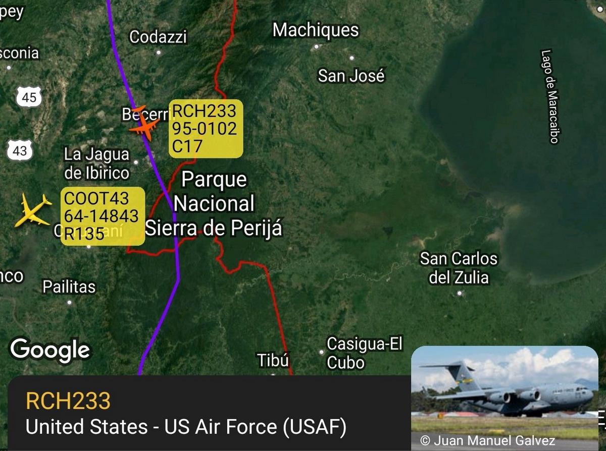 Đường bay của chiếc C-17 và RC-135 Mỹ tối 22/7. Đồ họa: ADB-S Exchange.
