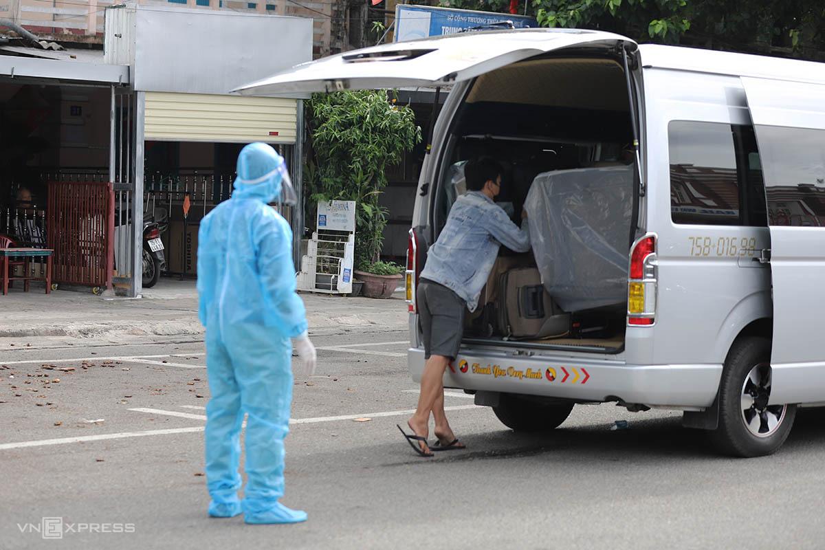 Người dân từ TP HCM về ga Huế sáng 24/7 được đưa đi cách ly tập trung. Ảnh: Võ Thạnh