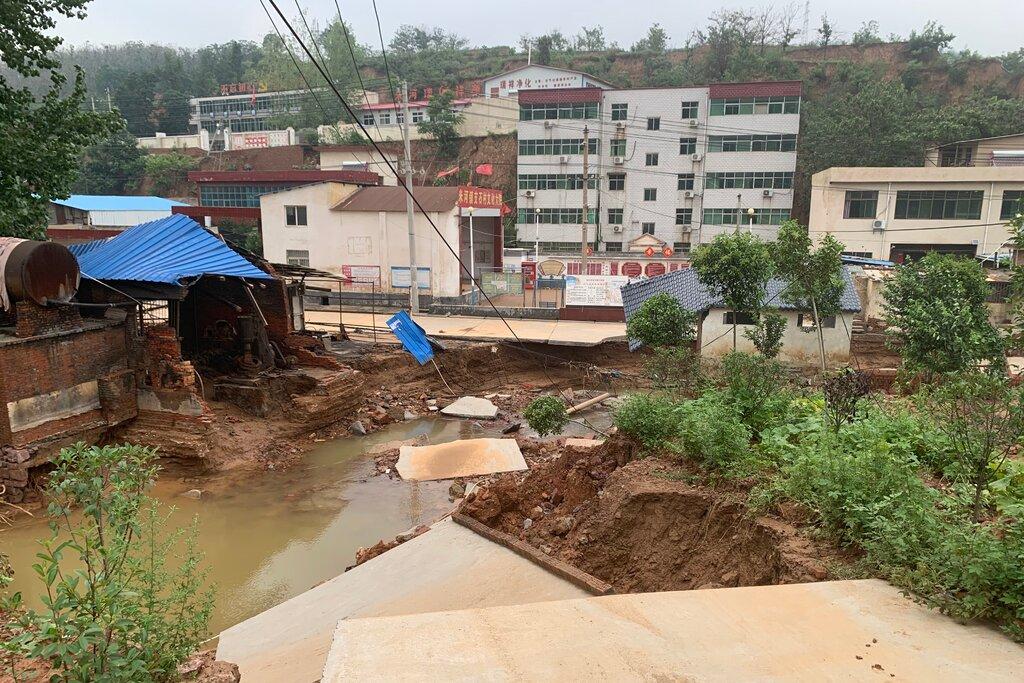 Sạt lở nghiêm trọng ở Mễ Hà, thuộc Củng Nghĩa gần Trịnh Châu sau trận lũ tuần qua. Ảnh: New York Times.